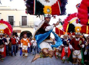 Inundan delegaciones de la Guelaguetza de alegría, música y colorido el Centro Histórico de Oaxaca