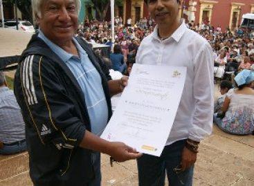 Recibe Mauro Delgado distinción por su labor en la Sierra Norte