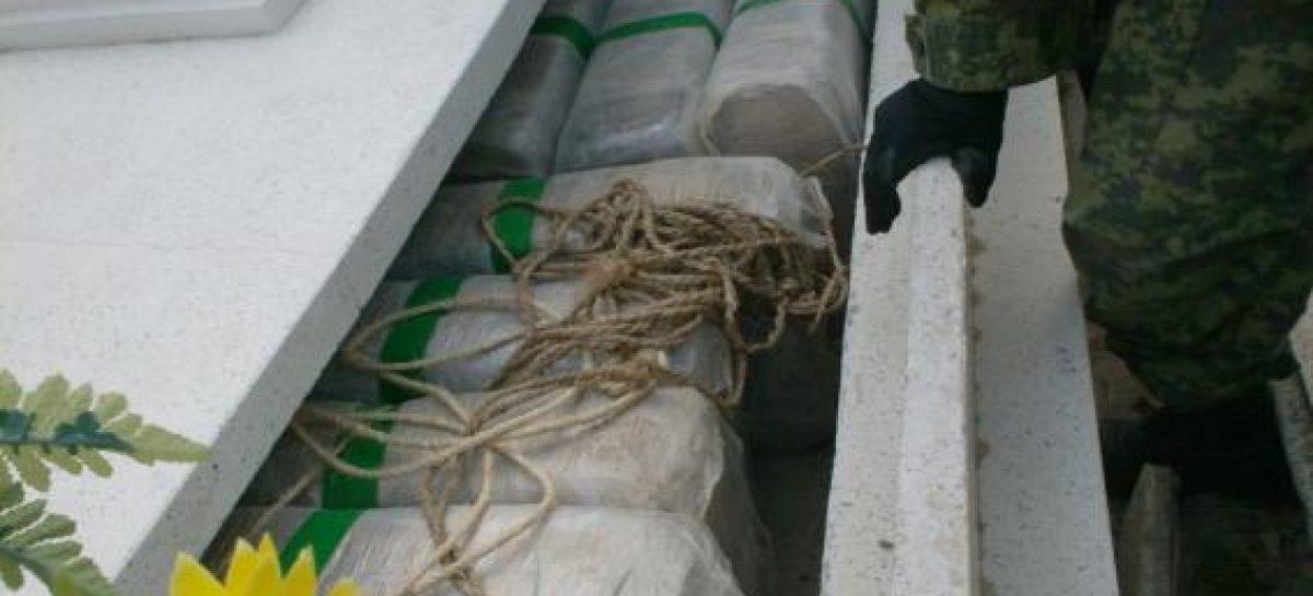 Ejército localiza dos toneladas de mariguana ocultas en sepulcros de panteón de Camargo, Tamaulipas