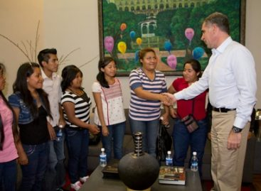 Apoyan a diez becarios oaxaqueños que estudiarán en Escuelas de Estados Unidos