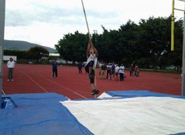 Presentan Escuela Estatal de Pértiga o salto de garrocha en Oaxaca