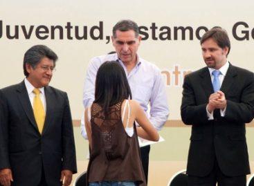 Oaxaca, tercer estado del país en brindar becas a jóvenes universitarios: Cué