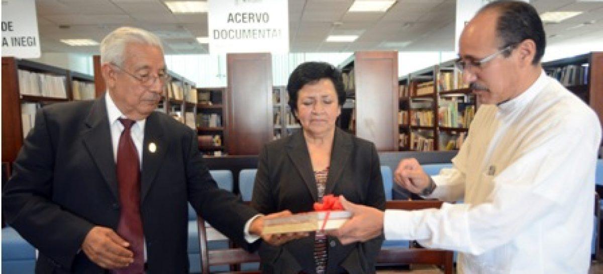 Dona Cronista de Oaxaca compendio de libros de su autoría al Congreso del Estado