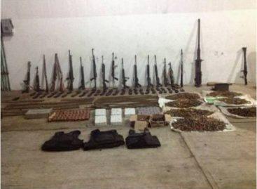 Personal militar detiene a cuatro personas con armas, dinero y vehículos en Veracruz