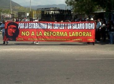 Bloquean maestros carreteras de Chiapas en rechazo a la reforma laboral