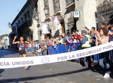 Triunfan el tlaxcalteca Juan Carlos Salvador y Gisela Muñoz en la 2ª Carrera del Día del Policía, en Oaxaca