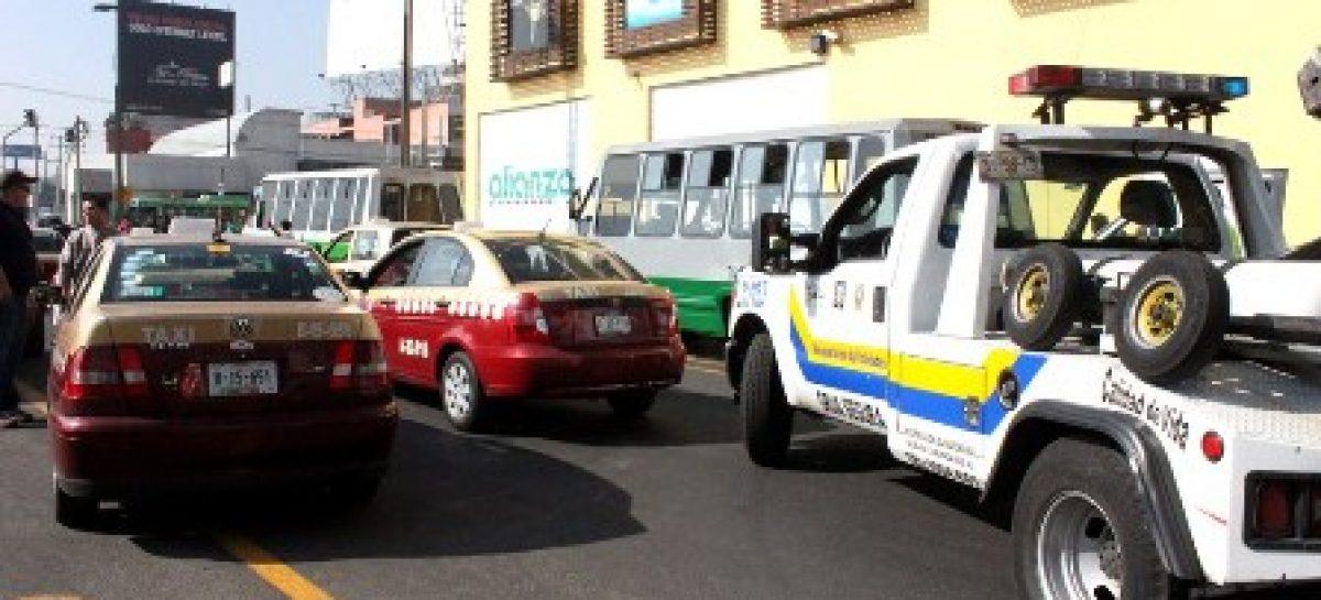 Remiten a corralón seis vehículos por exceder límite permitido en sitio de taxi y por caos vial, en el DF