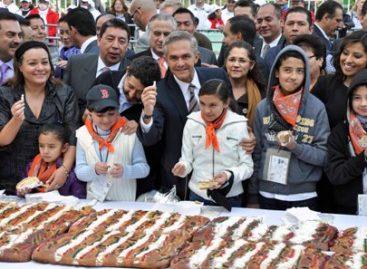 Reparten 200 mil rebanadas de la monumental Rosca de Reyes en el Distrito Federal