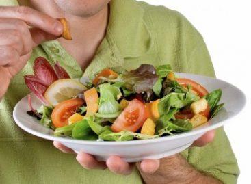 Dieta rica en frutas y verduras, agua simple y ejercicio ayudan a evitar estreñimiento