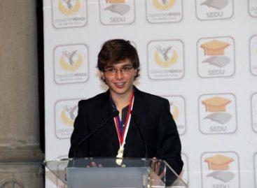 Entregan reconocimiento a Andrés Fernández, ganador de la X Olimpiada Internacional de Geografía 2013