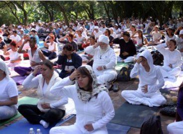 Se realiza con éxito segunda clase de yoga masiva en explanada del Jardín Botánico, en el DF