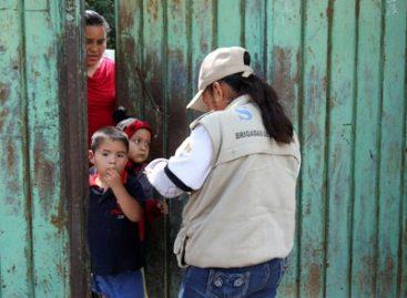 Continúan brigadas médicas del IMSS acciones de saneamiento en la Costa de Oaxaca