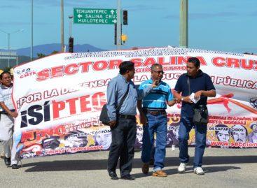 Bloquean refinería Antonio Dovali Jaime en rechazo de reformas estructurales