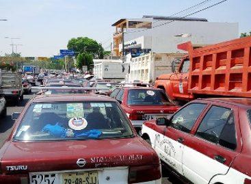 Transportistas de la CTM paralizan la capital oaxaqueña, exigen salida del procurador Héctor Joaquín Carrillo