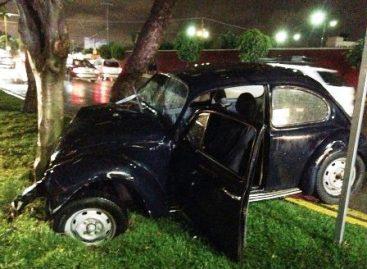 Conductor ebrio choca con dos automotores y un árbol en Av. Universidad