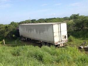 Chocan de frente trailer y camioneta