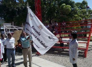 Izan Bandera Blanca en escuela de Santa María Colotepec como promotora de salud