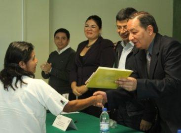 Entregan certificados de primaria y secundaria a trabajadores del gobierno de Oaxaca