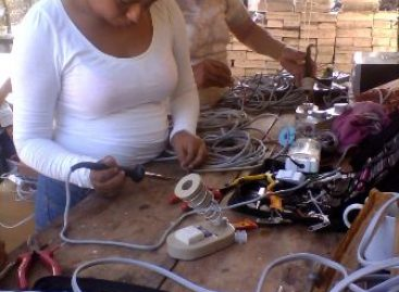 Apoyan estudiantes de la UTVCO en la electrificación de la isla de Cachimbo, en Oaxaca