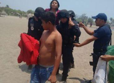 """Rescatan policías federales a dos personas afectadas por fenómeno """"mar de fondo"""" en Chiapas"""