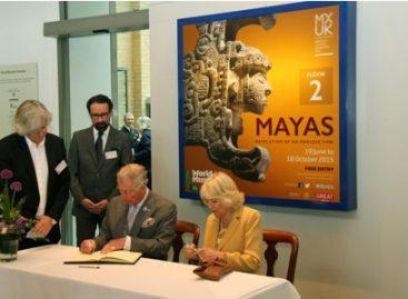 Visita el Príncipe de Gales la Exposición de los Mayas, en Reino Unido