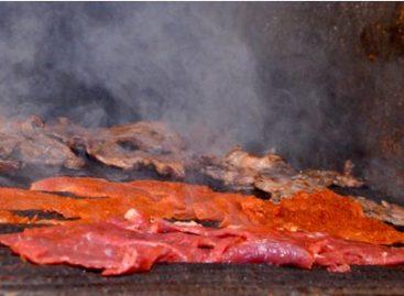 Disfrutan oaxaqueños y visitantes de los sabores tradicionales ofrecidos por vendedores del Mercado 20 de Noviembre