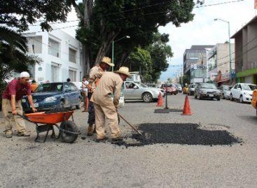 Pese a las lluvias, municipio de Oaxaca reinició programa de bacheo en calles y avenidas