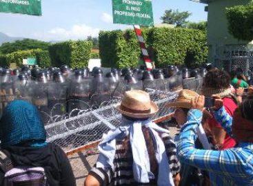 Intentan normalistas ingresar al 27/o. Batallón de Infantería ubicado en Iguala, Guerrero