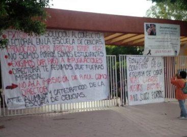 Acusan estudiantes universitarios a maestro Raúl Contreras Medina de acoso sexual