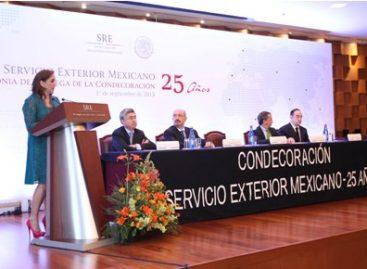 Entrega canciller mexicana condecoraciones por 25 años de servicio a integrantes del SEM