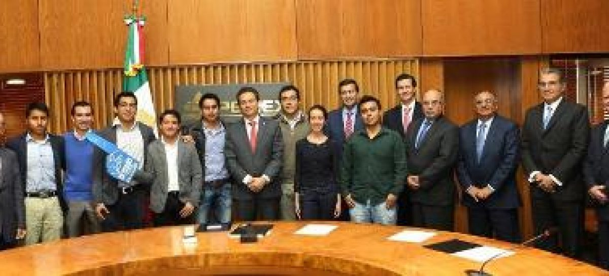 Recibe el titular de Pemex a los jóvenes ganadores del concurso internacional PetroBowl 2015
