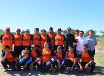 """Respalda alcalde práctica de beisbol """"Taladxi"""" en Juchitán; Entregó uniformes a policías municipales"""