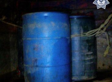 Localizan policías de Oaxaca unos 400 litros de hidrocarburo en camioneta abandonada