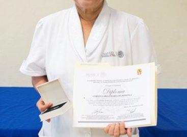 Recibe enfermera María de Dominga Cortés García reconocimiento por 40 años de servicio