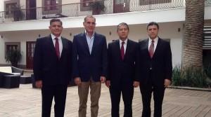El gobernador de Oaxaca Gabino Cué y el delegado de la PGR Javier Martín Villanueva al salir de una reunión en la Secretaría de Gobernación en la Ciudad de México en el mes de septiembre