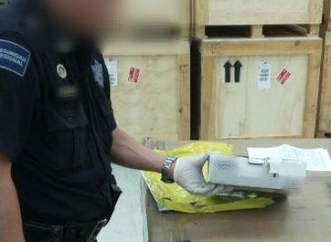 Intercepta Policía Federal envío de 1.5 kilogramos de hierba similar a la marihuana en el AICM