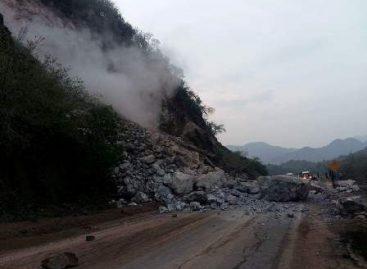 Se registra derrumbe en la Carretera Federal 190 a la altura de San Pedro Totolapan, Oaxaca