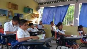 Robles Cruz felicitó a las y los maestros que cumplieron con su responsabilidad laboral.