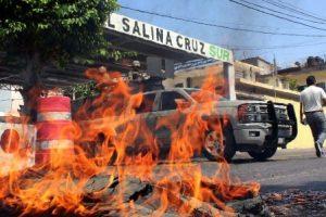 Maestros queman casillas y boletas en Salina Cruz, Oaxaca.