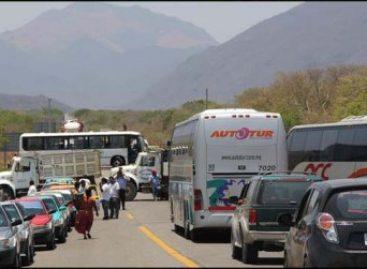 Piden gobiernos estatal y federal a manifestantes libre tránsito de unidades con material petroquímico en el istmo