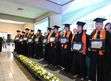 """244 egresados de la Universidad Tecnológica de Oaxaca dedican graduación al """"Filósofo de Güémez"""""""