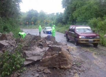 Deslaves impiden circulación en las carreteras federales 200 y 185 de Oaxaca: SSPO
