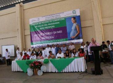 Entrega IMSS pólizas de cobertura en salud del Programa Prospera en distrito de Zimatlán, Oaxaca