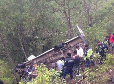 Mueren dos pasajeros al chocar Urvan contra un tráiler en Tlaxiaco, Oaxaca