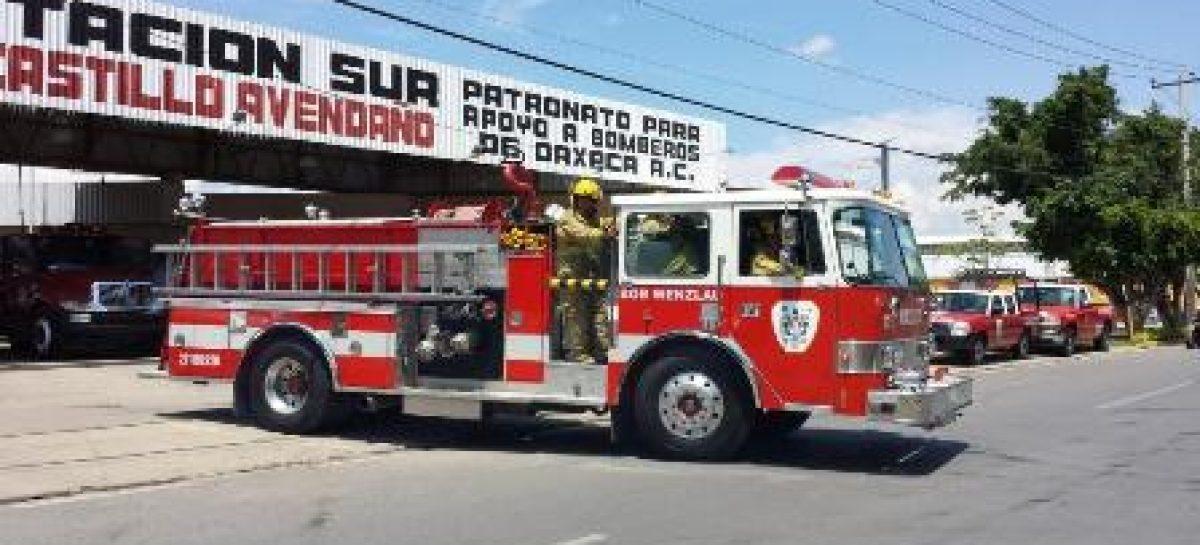 Rescata heroico cuerpo de bomberos a tres pasajeros de camioneta varada en el río Atoyac