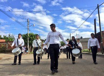 Desfilan más de mil 500 estudiantes por el 206 aniversario del inicio de la Independencia