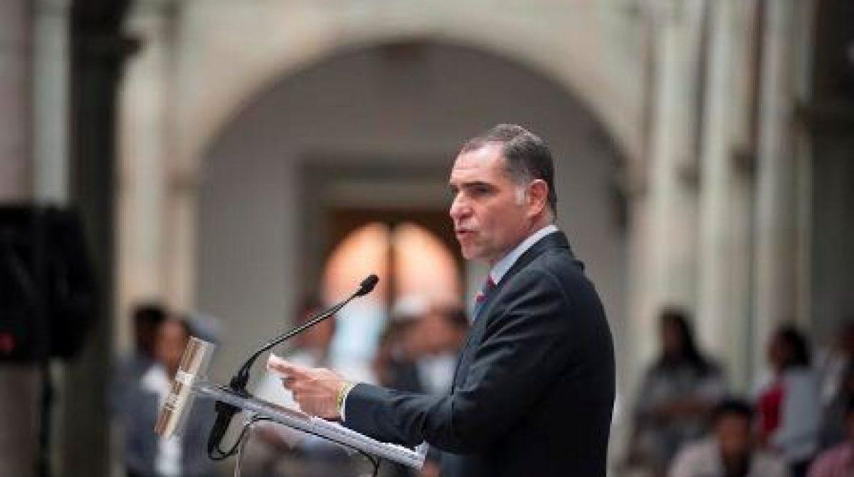 A la antigüita, el gobernador del cambio premia con notarias