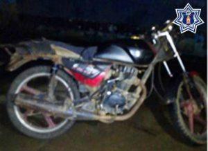 Motocicleta Italika, submarca FT125, negro con rojo, sin placa de circulación.
