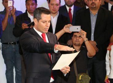 Alejandro Murat toma protesta como gobernador de Oaxaca en sede alterna al Congreso