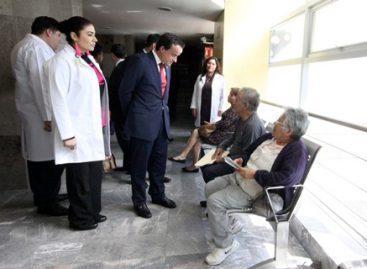 Supervisa director general del IMSS servicio médico en clínica de la Ciudad de México
